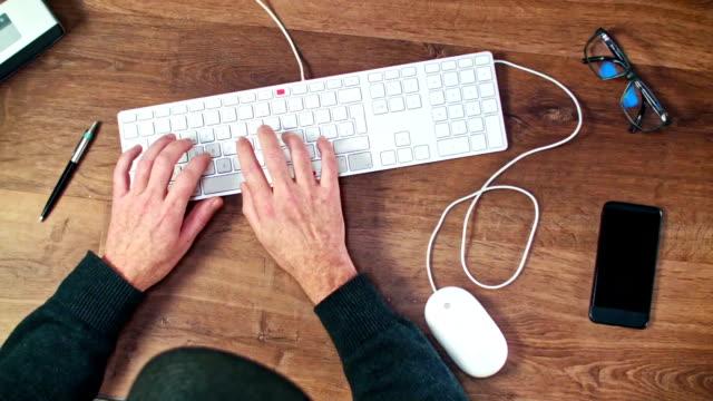 stockvideo's en b-roll-footage met jonge man werken met computer-tafelblad schot - menselijke vinger