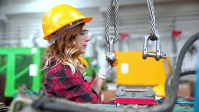 vídeos de stock, filmes e b-roll de trabalhador manual novo e trabalho com guincho do cabo - pesado peso