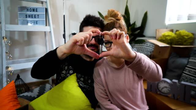 junge ehepaare mit boxen und flachen tasten - hausschlüssel stock-videos und b-roll-filmmaterial