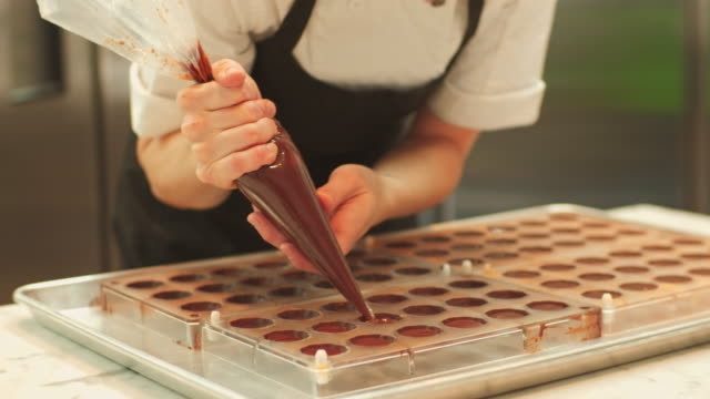vídeos de stock, filmes e b-roll de o jovem mestre chocolateiro - chocolate