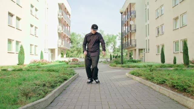 unga män i svart breakdancing - street dance bildbanksvideor och videomaterial från bakom kulisserna