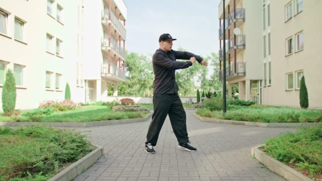 vidéos et rushes de jeunes hommes en noir breakdance - hip hop