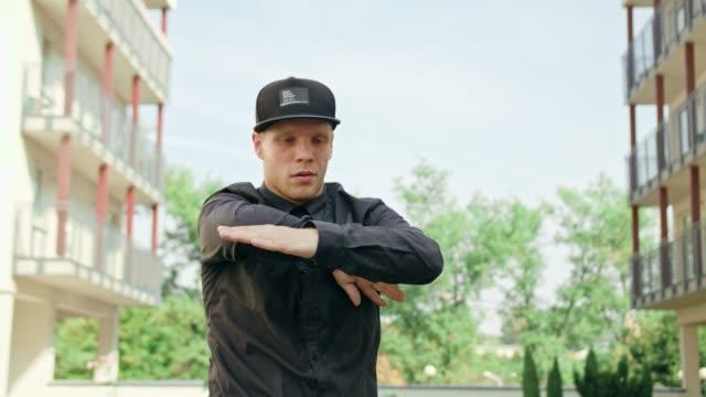 siyah breakdans genç erkeklerde - kep şapka stok videoları ve detay görüntü çekimi