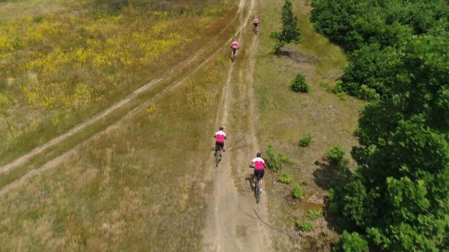 vídeos de stock e filmes b-roll de young men nature cycling - equipa desportiva
