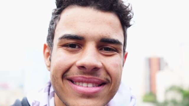 vídeos de stock, filmes e b-roll de retrato de homens jovens - brasileiro pardo