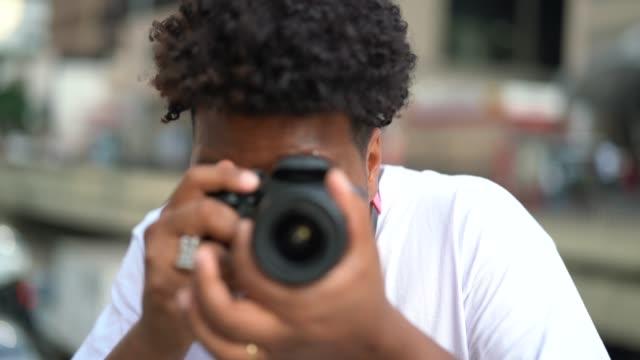 młodzi mężczyźni robiący zdjęcie - fotografika filmów i materiałów b-roll