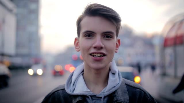 vídeos de stock, filmes e b-roll de dos homens jovens - camera