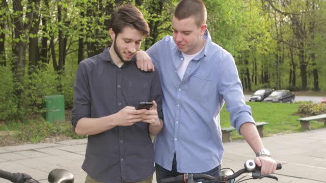 若い男性 ビデオ