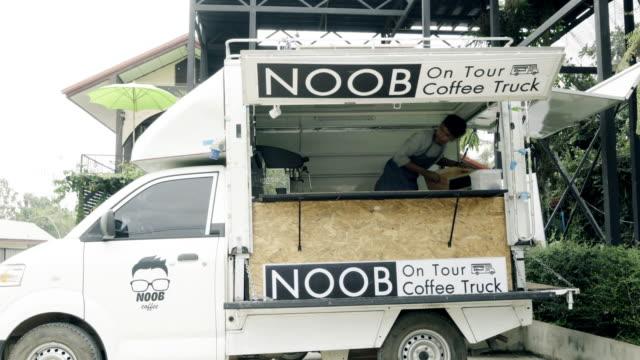 stockvideo's en b-roll-footage met duizendjarige jongeren kopen eten en drinken van voedsel vrachtwagen - foodtruck