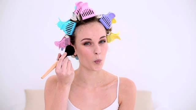 młody model w wałki do włosów, żeby nadrobić - kołdra filmów i materiałów b-roll