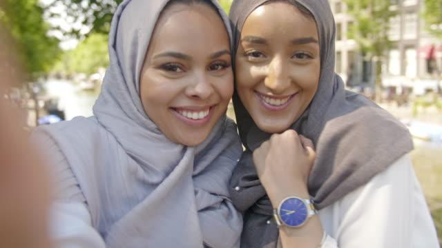 unga moderna muslimska vänner - hijab bildbanksvideor och videomaterial från bakom kulisserna