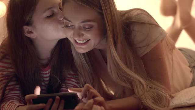タブレットを使用して楽しんで若い母と彼女の娘 - 兄弟姉妹点の映像素材/bロール