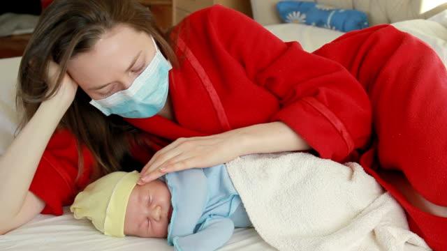 giovane madre e neonato - ambientazione tranquilla video stock e b–roll
