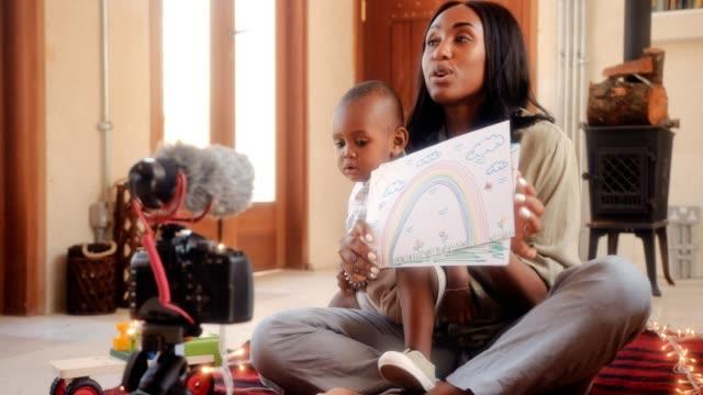 젊은 어머니 집에서 동영상 및 부모에 대 한 충고 - influencer 스톡 비디오 및 b-롤 화면