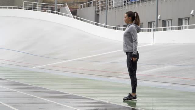 giovane donna motivata runner riscaldarsi all'aperto - dorso umano video stock e b–roll