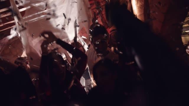 ダンスとハロウィーン パーティーで楽しんで若い多民族の友人 - ハロウィーン点の映像素材/bロール
