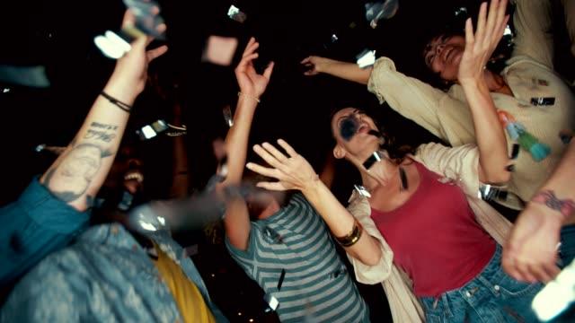 multi-ethnischen jugendliche tanzen und feiern mit konfetti in der nacht - terrasse von menschen geschaffener raum stock-videos und b-roll-filmmaterial