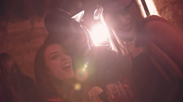 飲むと楽しいハロウィーンの衣装で若いの多民族の友人 - ハロウィーン点の映像素材/bロール