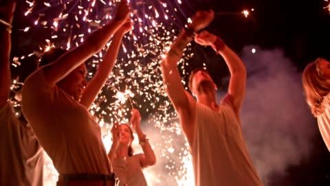dört temmuz fireworks ile kutluyor genç çok etnik gruptan oluşan hipster arkadaşlar - kutlama stok videoları ve detay görüntü çekimi