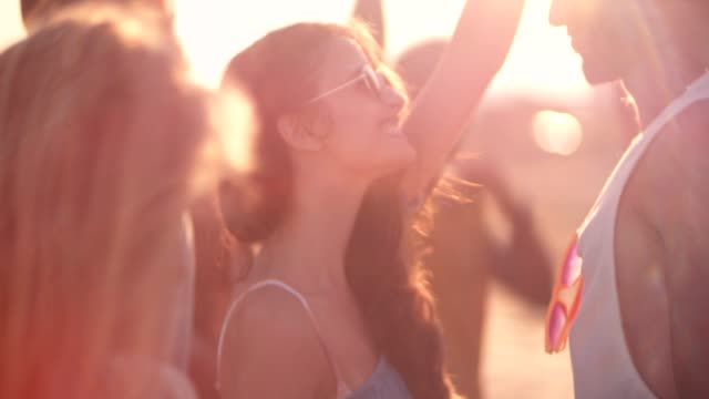 young multi-ethnic hipsters dancing at summer beach music festival - attività del fine settimana video stock e b–roll