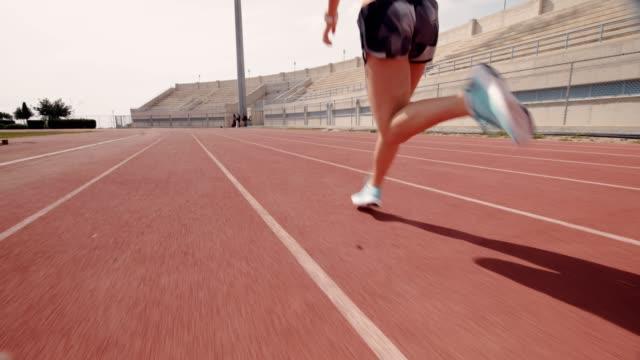 若い筋肉運動女性トレーニング、スポーツ トラック上で実行 - 陸上競技点の映像素材/bロール