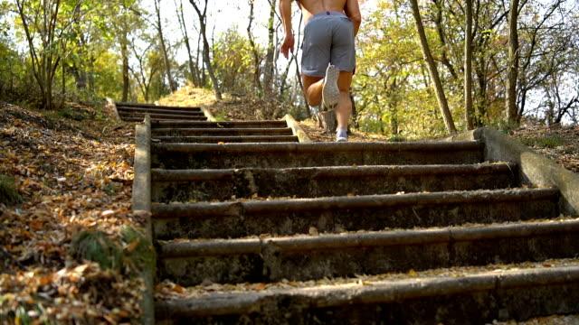 屋外で若い筋肉ボディービルダー トレーニング - 人の筋肉点の映像素材/bロール