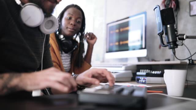 vídeos de stock e filmes b-roll de young musicians making recordings in studio - compositor