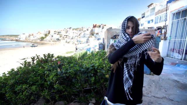 young muslim woman on a city road trip - abbigliamento religioso video stock e b–roll