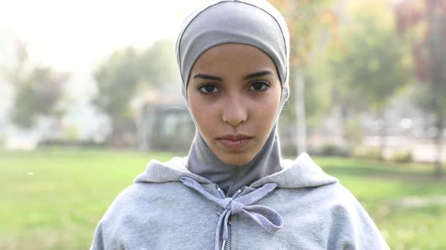 unga muslimska kvinnan redo att köra i staden - hijab bildbanksvideor och videomaterial från bakom kulisserna