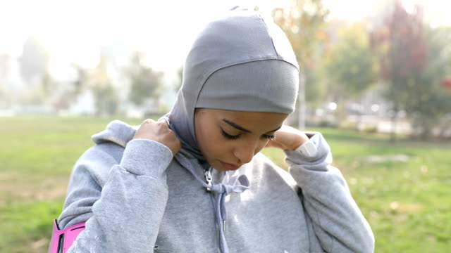 young muslim woman ready to running in the city - etnia medio orientale video stock e b–roll