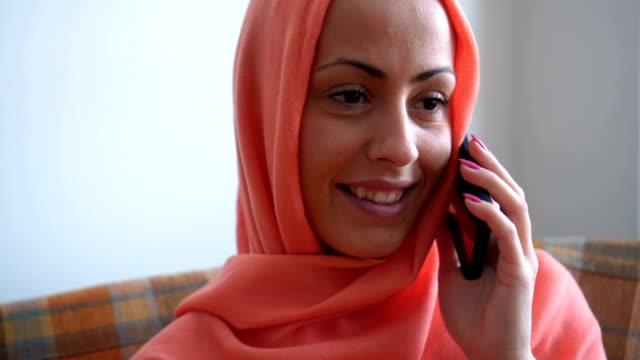 Junge muslimische Frau am Handy – Video