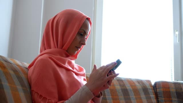 unga muslimska kvinnan sms meddelanden - hijab bildbanksvideor och videomaterial från bakom kulisserna
