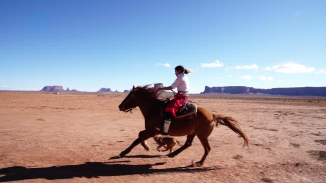 en ung navajo ridning hennes häst - racehorse track bildbanksvideor och videomaterial från bakom kulisserna