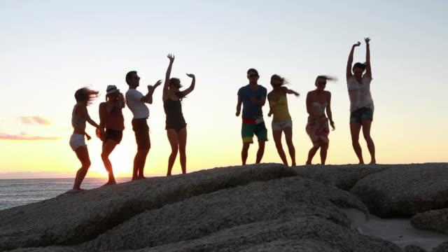 vídeos y material grabado en eventos de stock de personas en una fiesta jóvenes bailando en la playa - moda urbana