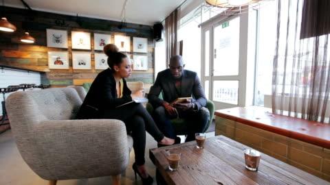 giovani al café lavoro di ricerca - due persone video stock e b–roll