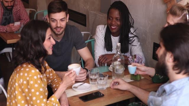 vídeos y material grabado en eventos de stock de jóvenes en la cafetería - café bebida