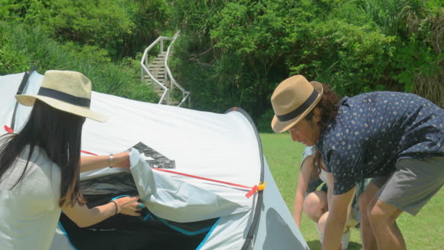 若い人のキャンプします。 - キャンプ点の映像素材/bロール