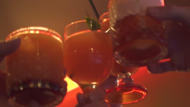 gençler bir kokteyl ile gözlük tıklatması - kokteyl i̇çki stok videoları ve detay görüntü çekimi
