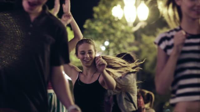 年輕人在街道上跳舞 - 廣場 個影片檔及 b 捲影像