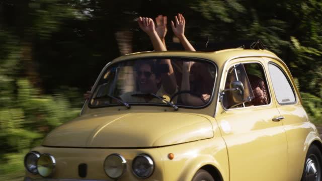 junge menschen fahren auto - italien stock-videos und b-roll-filmmaterial