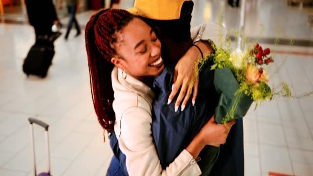 vidéos et rushes de les jeunes de rencontrer et faire place à l'aéroport après vol - femme seule s'enlacer