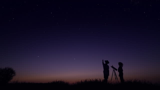 young people observing the night sky - guardare in su video stock e b–roll