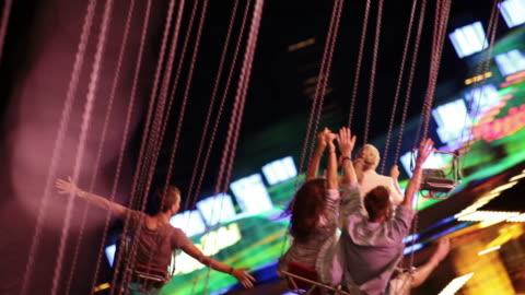 vídeos y material grabado en eventos de stock de jóvenes en chairoplane - actividades recreativas