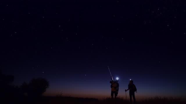 夜のトレッキングをする若者たち - 星型点の映像素材/bロール