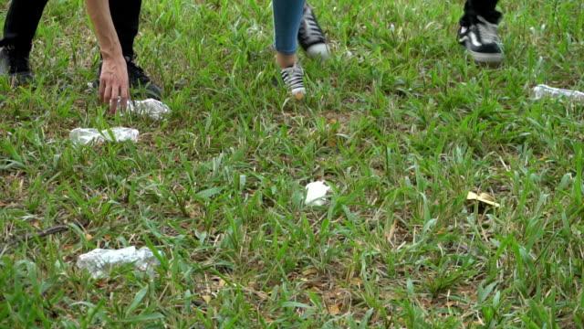 若者が公園のゴミを収集ボランティア - 持ち上げる点の映像素材/bロール