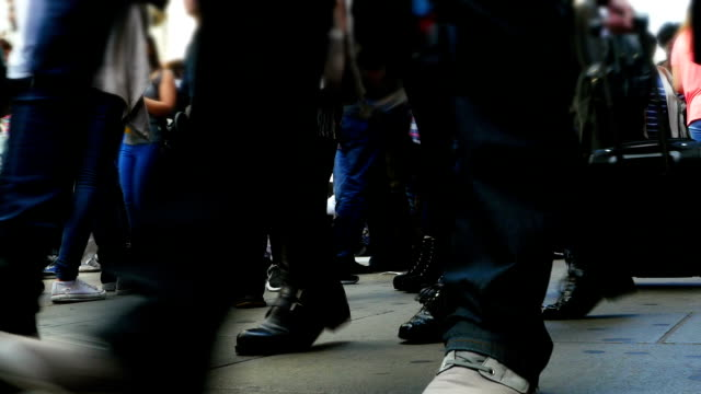 若い人々徒歩でのショッピング街(4 K /UHD HD ) ビデオ