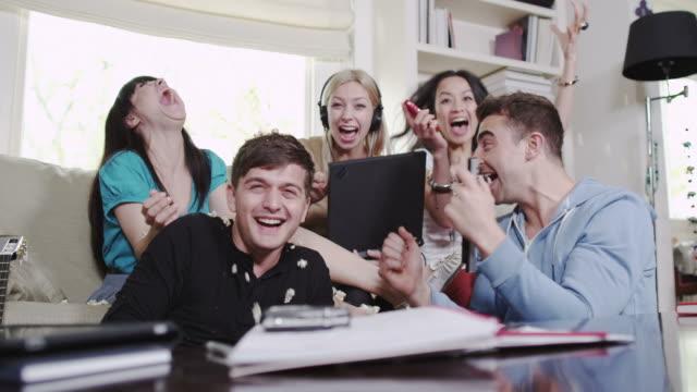 Junge Menschen mit digitalen Technologien – Video