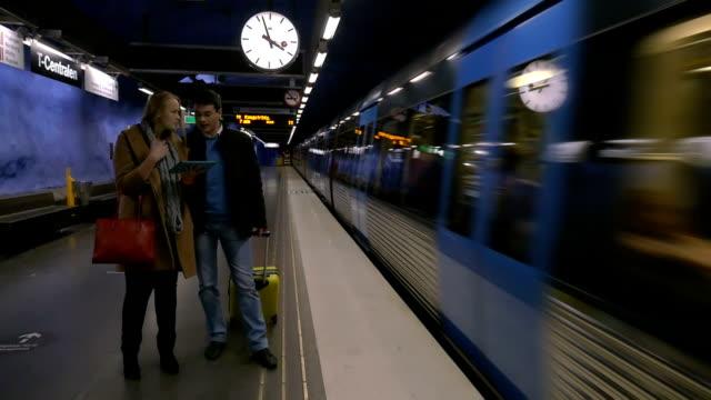 ungdomar med pad och resväska i tunnelbanan - waiting for a train sweden bildbanksvideor och videomaterial från bakom kulisserna