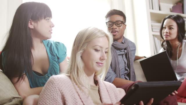 Junge Menschen arbeiten am laptop – Video