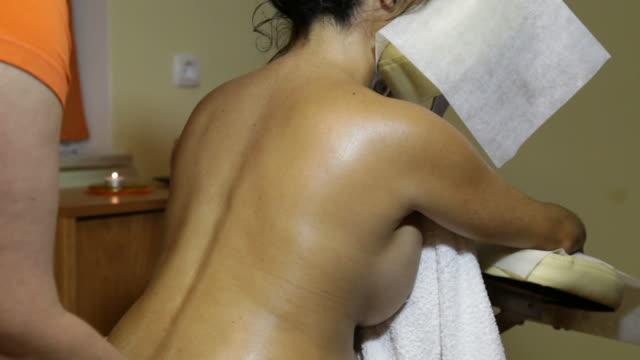 young pregnant woman receiving relaxing prenatal massage - meme hayvan vücudu bölümleri stok videoları ve detay görüntü çekimi